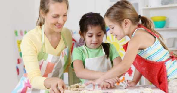 mother_kids_baking