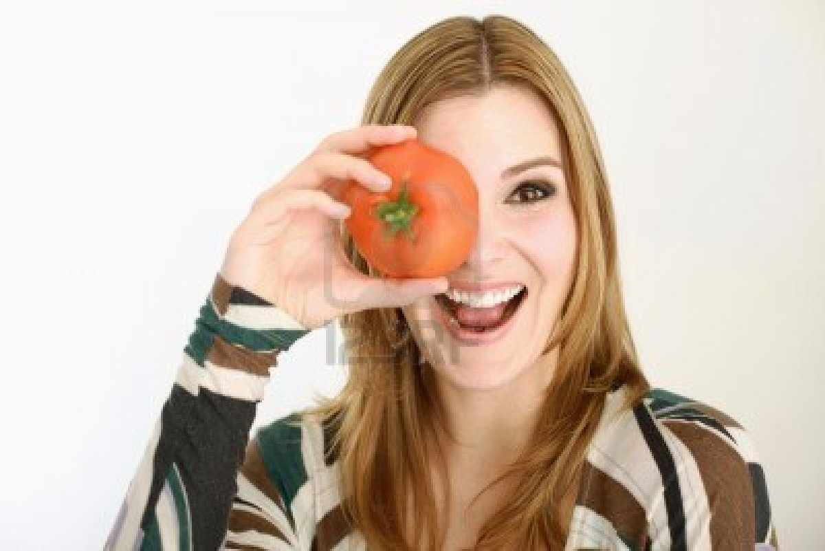 8019689-woman-holding-tomato-over-her-left-eye