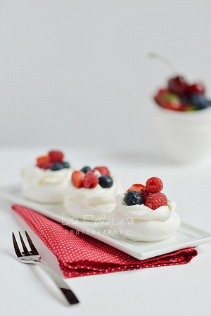 Mini Pavlova with fruit