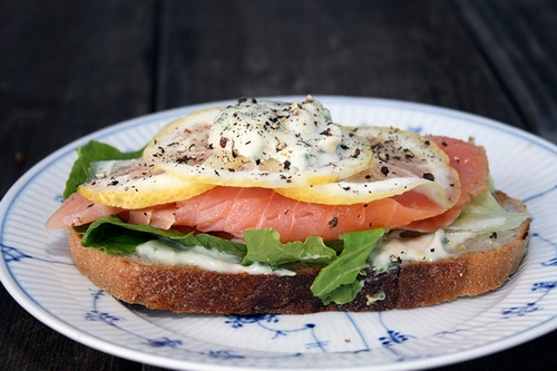 salmon-sandwich-with-mayonnaise-and-lemon-slices