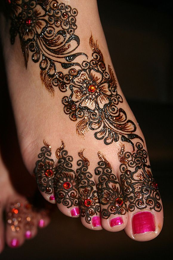 Latest-Arabic-Mehndi-Designs-for-feet-with-stones-1