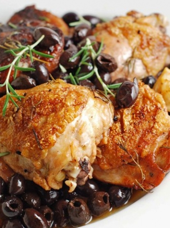 Chicken with pepper and black olive