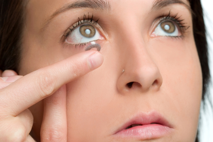 Proper use and health Contact Lenses with make-up