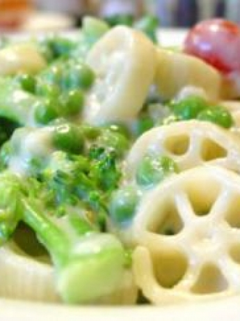 Pasta with vegetables and cheddar cheese