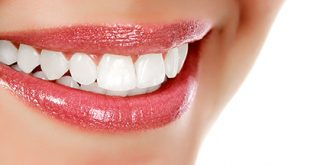 shutterstock-astuces-dents-blanches-naturellement-sourire-00-ban